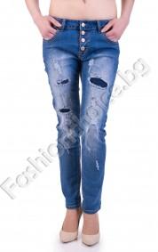 Дамски дънки в син деним с изтъркан ефект и кръпки