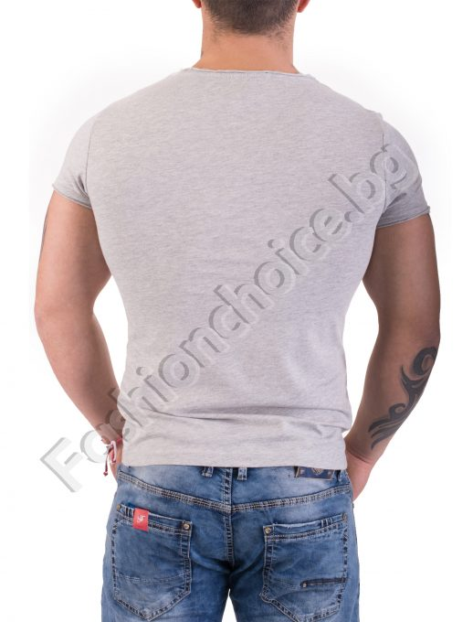 Мъжка тениска в светло сиво с щампа и надпис IT NEVER FADES