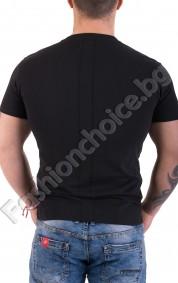 Изчистена мъжка тениска в черно с обло деколте и малка щампа