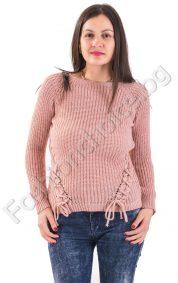 Комфортен дамски пуловер с оКомфортен дамски пуловер с обло деколте и плиткибло деколте и плитки