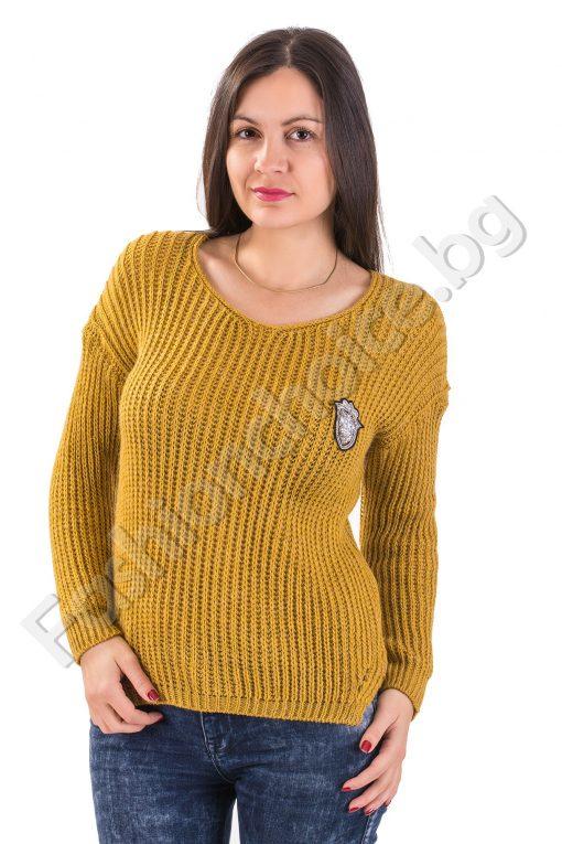 Практичен дамски пуловер с емблема и издължена задна част