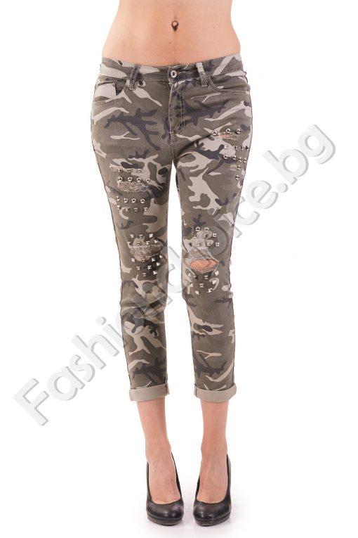 Камуфлажен дамски панталон с кабзички и изтъркан ефект