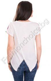 Цветна дамска блуза с ефектна задна част и дантела