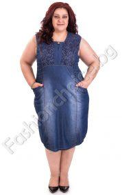Кокетна дънкова рокля с дантела и джобчета в големи размери
