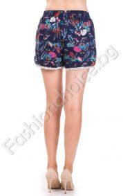 Удобни къси панталонки с флорални мотиви и дребна дантела