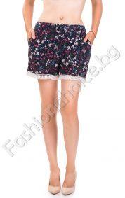Летни къси панталонки на дребни цветчета и дантела