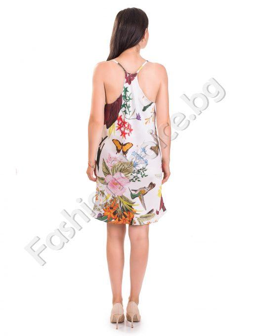 Сладка сатенена рокля с ефектен цветен принт