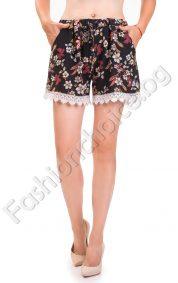 Романтични къси панталонки на цветя и широка дантела