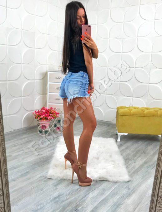 Къси секси дънкови панталонки декорирани с капси