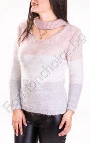 Дамски пуловер в преливащо райе с интересно деколте