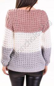 Топъл плътен дамски пуловер на райе с обло деколте