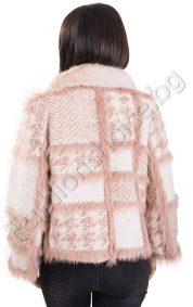 Стилно късо палто на каре с яка от естествен косъм