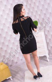 Черна дамска рокля с ефектен тюл около деколтето