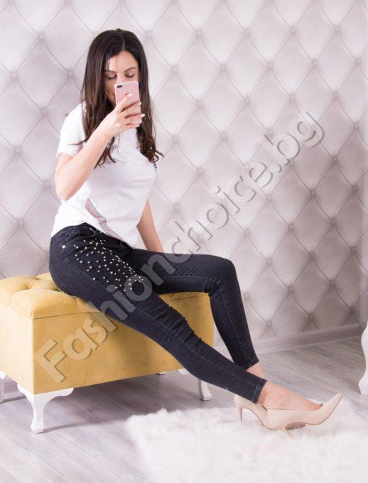 Дамски дънки в черно с красиви нежни перлички
