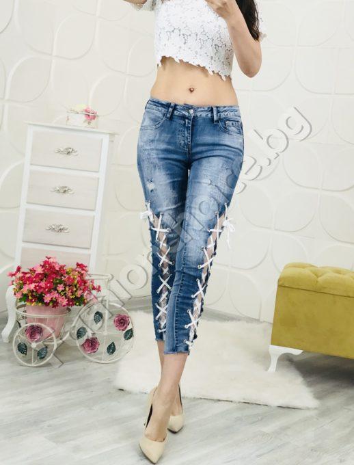 Модерни дънки с изтъркан ефект и секси вързанки