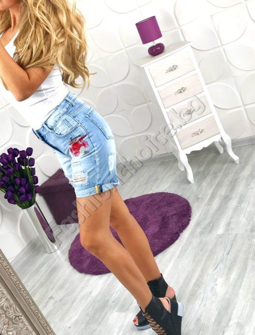Дамски дънкови 3/4 панталонки с изящно бродирана роза