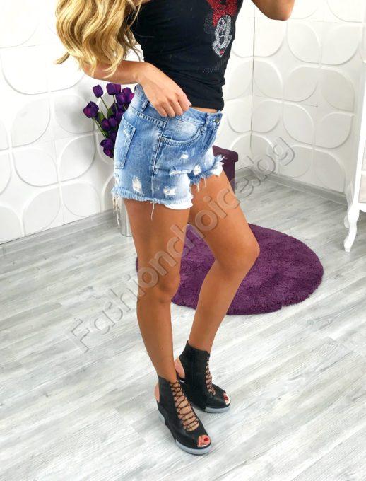 Накъсани дънкови дамски панталонки в светъл деним