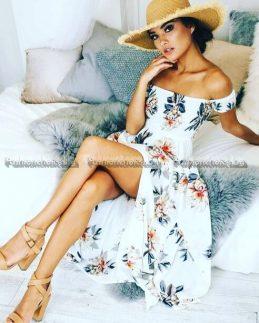 Нежна дамска рокля в бяло с голи рамене и цепка
