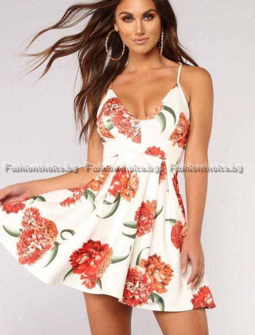 Къса сладка рокличка в десен на красиви цветя