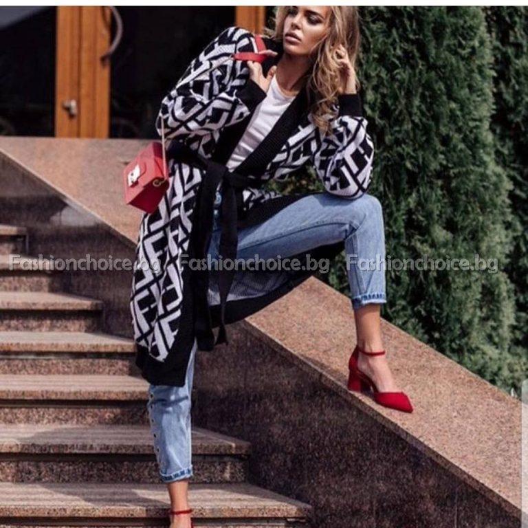 Кокетна дамска жилетка от машинно плетиво в черно- бял десен