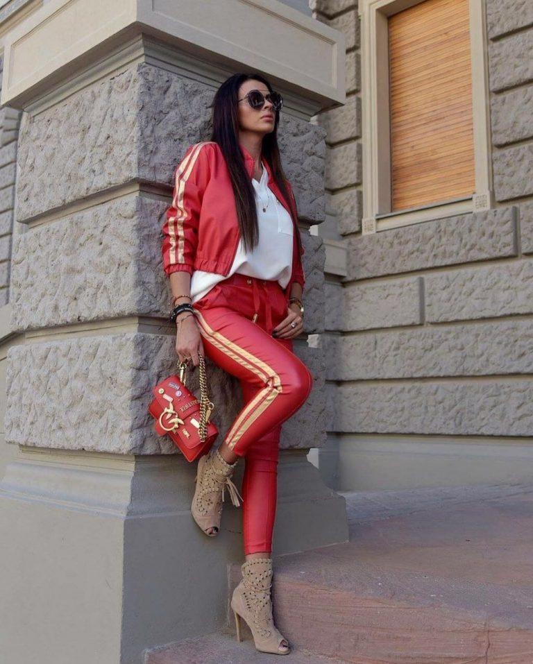 Модерен дамски комплект в червено със златист кант