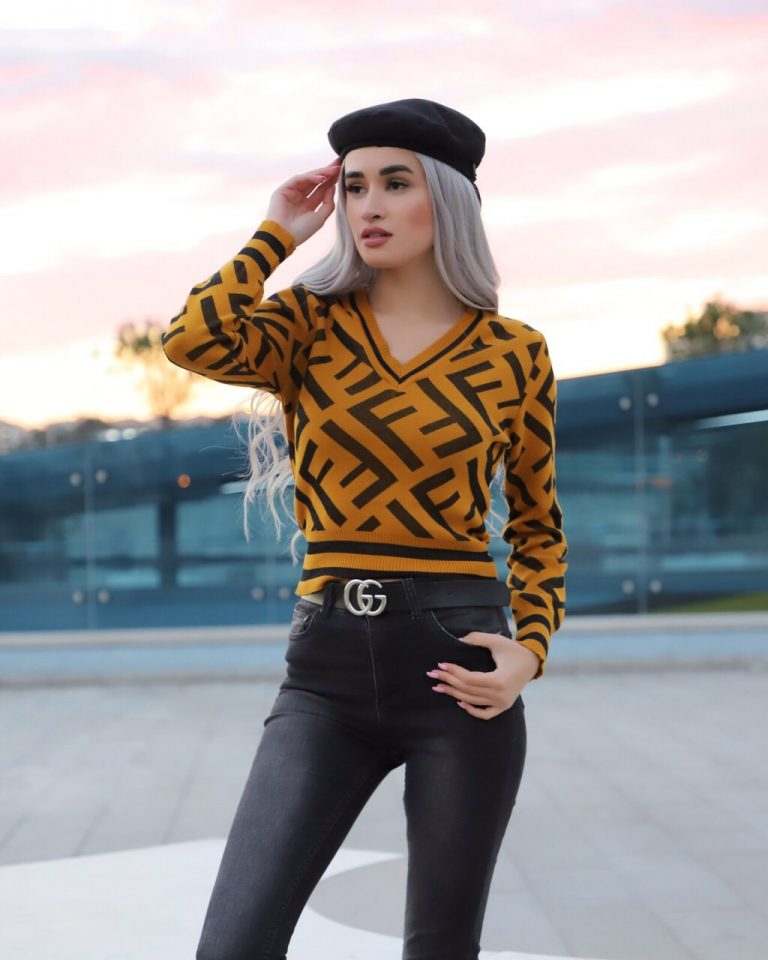 Модерен дамски пуловер в цвят горчица шпиц деколте