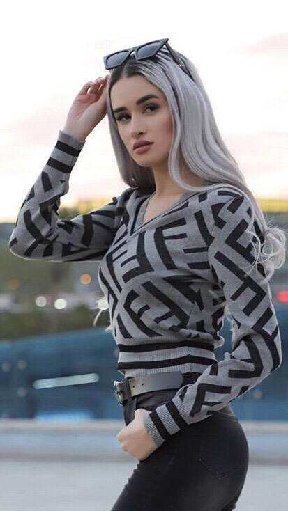 Уникален дамски пуловер в сиво със шпиц деколте