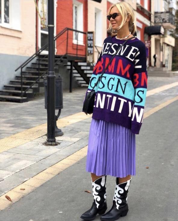 Топъл дамски пуловер в тъмно лила с цветен принт
