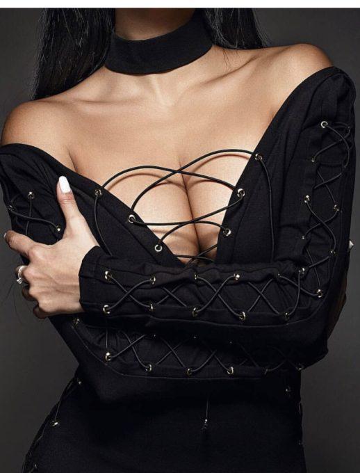 Обаятелна рокля в черно със секси деколте с вързанки