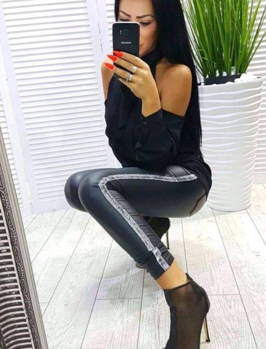 Кокетен дамски клин в черно със сребрист кант
