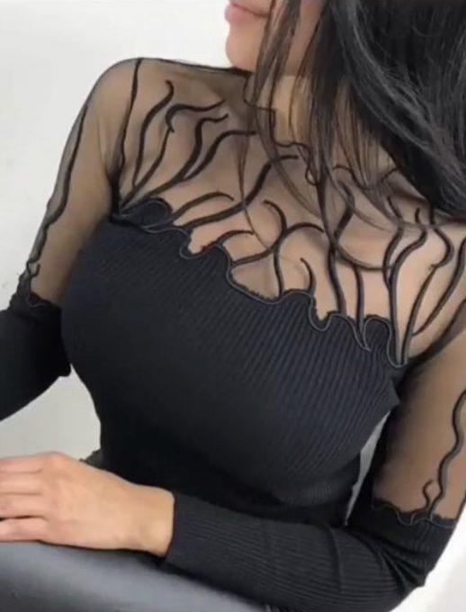Топ модел дамска блуза в черно със секси деколте