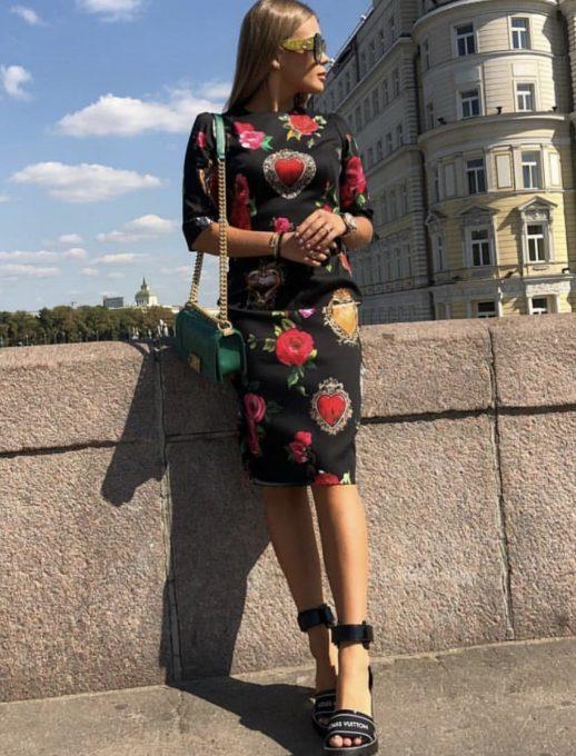 Ефектна черна рокля с красиви рози и диаманти