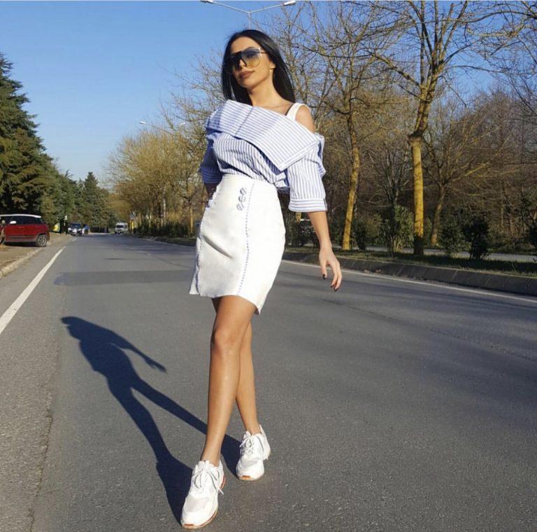 Дамски комплект с поличка и блуза в синьо райе