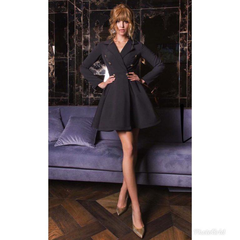 Разкроена рокля в черен цвят с ефектни златисти копчета