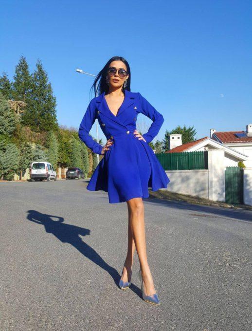 Разкроена рокля в син цвят с ефектни златисти копчета