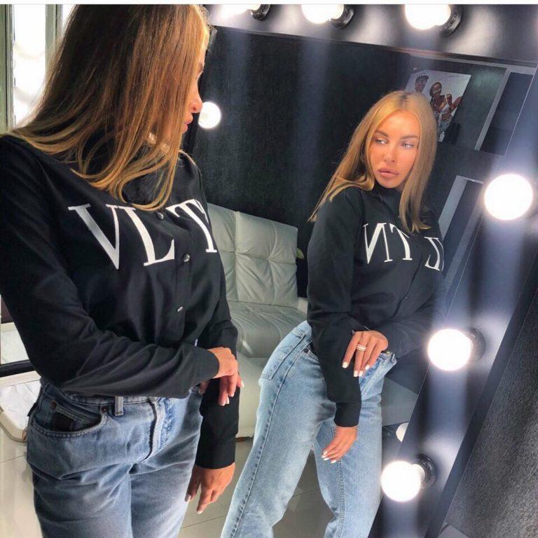 Стилна черна дамска риза с надпис в предната част
