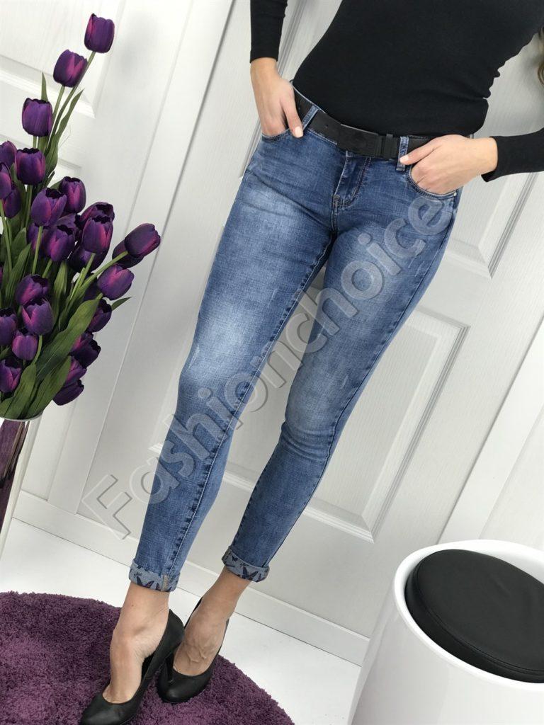 Дамски дънки в класически син цвят с цветен маншет