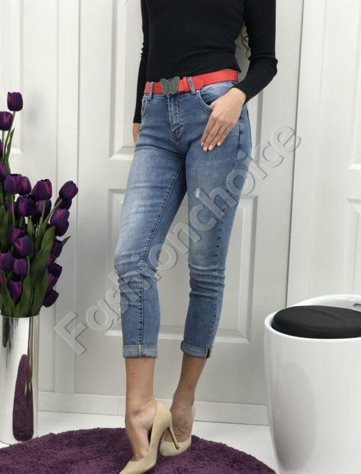 Дамски дънки в класически син цвят с червено коланче