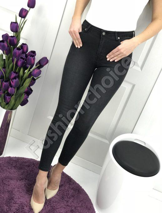 Изчистени черни дамски дънки - стилна визия
