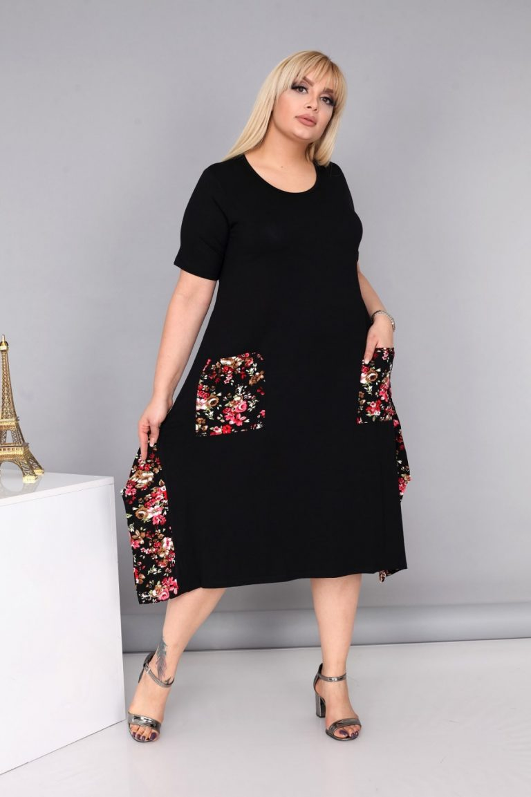 Голям размер дамска рокля в черно с цветна декорация