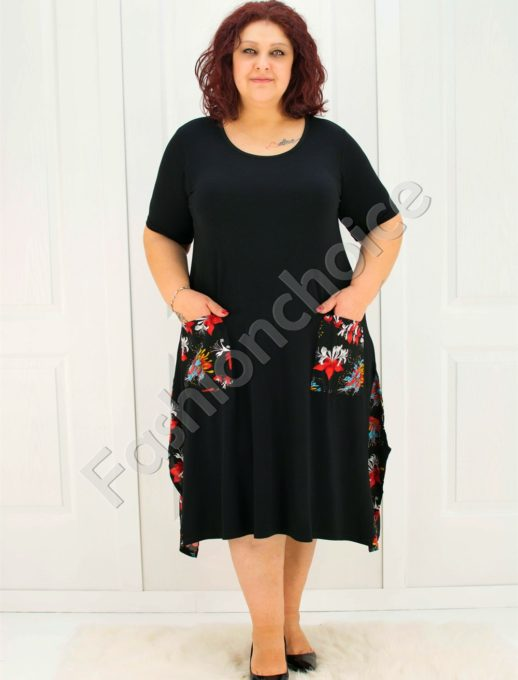 Голям размер дамска рокля в черно с флорална декорация