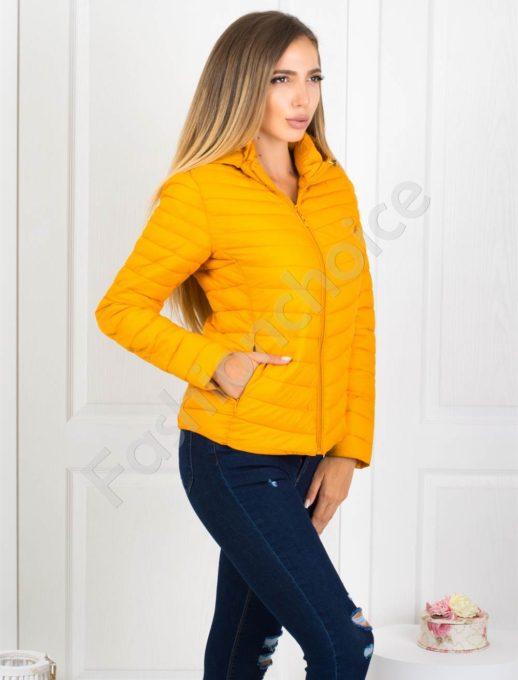 Плътно шушляково дамско яке в цвят горчица
