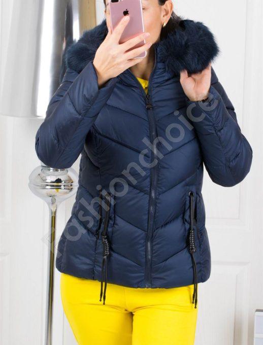 Зимно дамско яке в синьо с красив аксесоар на джобовете