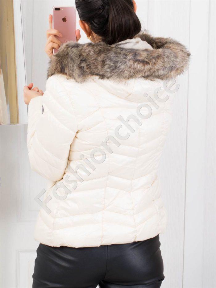 Зимно дамско яке в цвят шампанско с пух на качулката