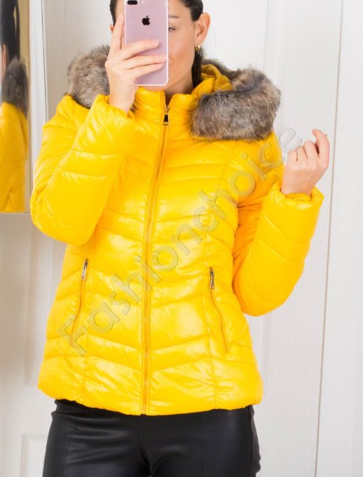 Зимно дамско яке в жълто с пух на качулката