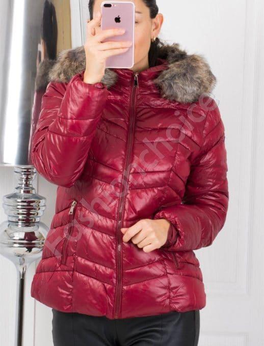 Зимно дамско яке във винено червено с пух на качулката