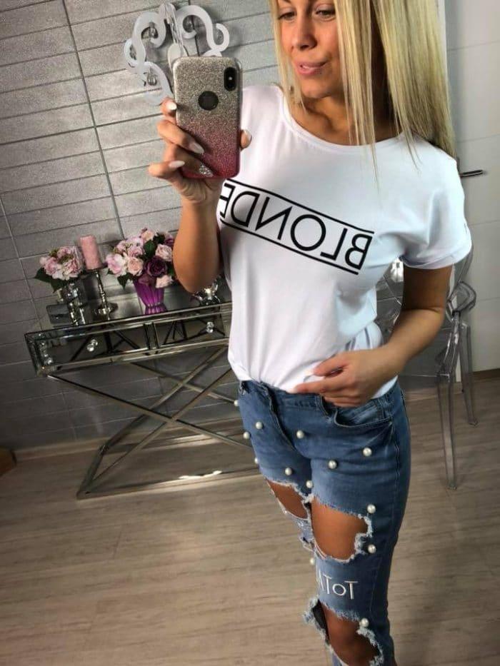 Комфортна дамска блуза в бяло с надпис BLONDE