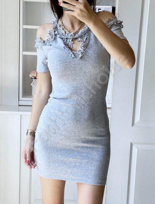 Елегантна рокля в сиво с дантела и голи рамене-код 2302-1