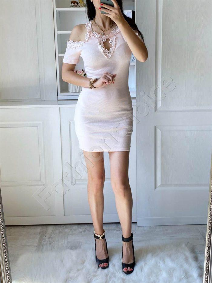 Елегантна рокля в розово с дантела и голи рамене-код 2302