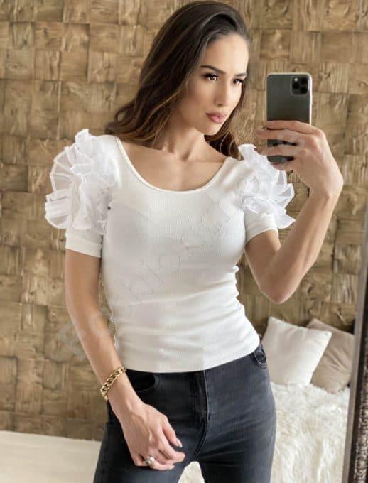 Сладка блуза в бяло с кокетни къдрички на раменете-код 908